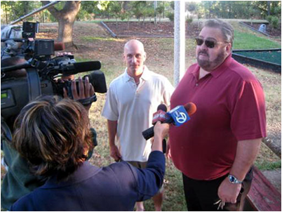 Bruce Lisker (L) and Paul Ingels address the media after Lisker's release in 2009. (Image: cbsnews.com)
